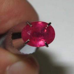 Pinkish Red Ruby Oval 1.27 carat luster menyala dan berkerlip