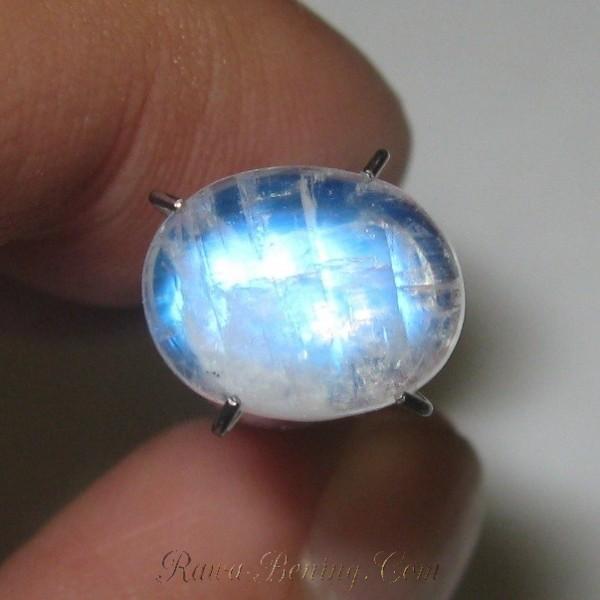Biduri Bulan Biru 2.35 carat luster blue flash
