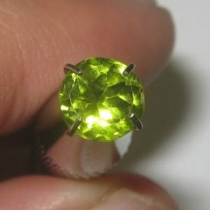 Batu Peridot 0.95 carat Round Cut
