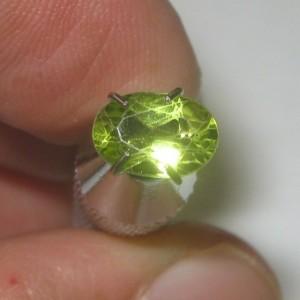 Batu Peridot Oval 0.70 carat electric luster