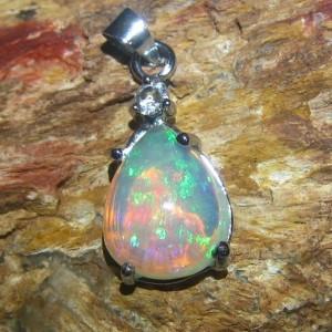 Liontin Opal Pelangi Afrika 3.16 carat