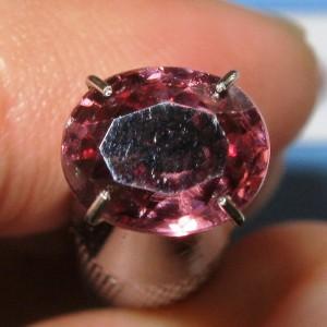 Purplish Pink Zircon 2.48 carat lihat ukuran di jari