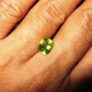 Peridot Cushion 1.29 carat Luster Sangat Mewah, Warna Bagus