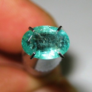Batu Mulia Fine Natural Emerald Oval Cut 0.92 carat