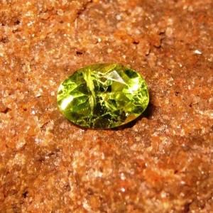 Batu Permata Natural Peridot Hijau Oval 0.90 carat