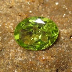 Batu Mulia Natural Peridot Oval Cut 1.27 carat