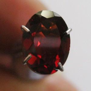 Batu Permata Garnet Merah Elegan 1.47 carat Oval Cut