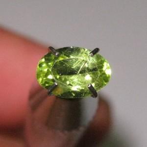 Batu Permata Peridot Oval 0.85 carat Hijau Bercahaya