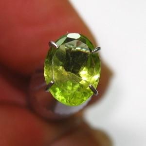 Batu Permata Peridot Hijau Bening Oval Cut 1.10 carat