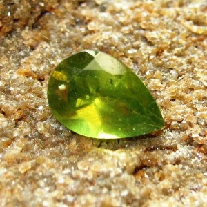 Pear Shape Peridot 1.55 carat Hijau Greenish Pekat