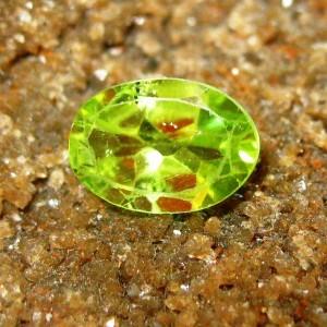 Batu Permata Peridot Oval Hijau 0.90 carat