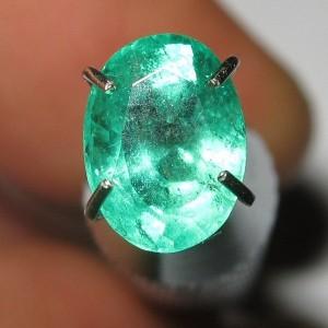 Top Green Emerald 0.90 carat Nyala cahaya Terang