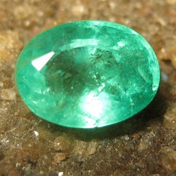 Batu Mulia Natural Top Green Emerald 0.90 carat Oval