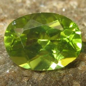 Peridot Hijau Oval Cut 1.40 carat