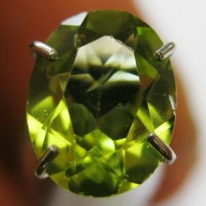 Peridot Hijau Oval Cut 0.90 carat