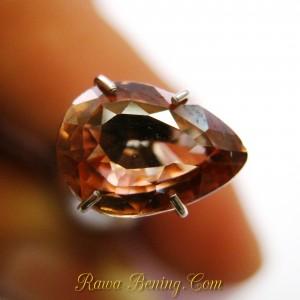 Batu Permata Zircon Pinkish Orange 2.67 carat Pear Shape Kualitas Bagus, Clarity VSI