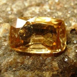 Permata Zircon 2.42 carat Cushion Kuning Kualitas Bagus