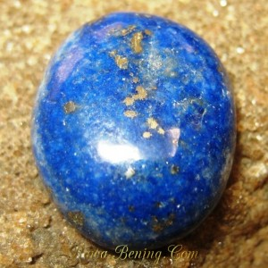 Batu Mulia Lapis Lazuli Oval Pipih 12.70 carat Elegan dan Artistik