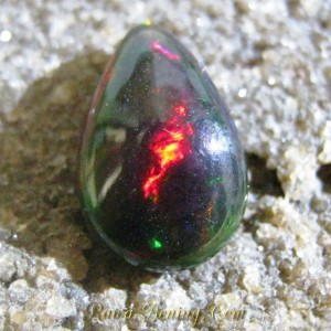 Batu Mulia Black Opal 2.50 carat Bentuk Tetes Air