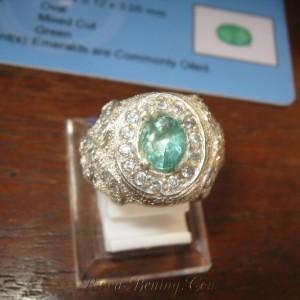contoh cincin dengan batu zamrud berkualitas