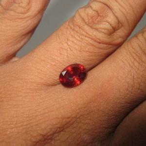 Almandite Garnet 2.43 carat luster merah berkerlip indah
